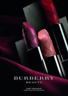 描述 Burberry所推出的化妆品系列Burberry Beauty 自上市以来就以丝柔光感唇膏「Lip...